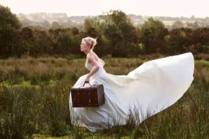 novia-huyendo-con-maleta-en-mano